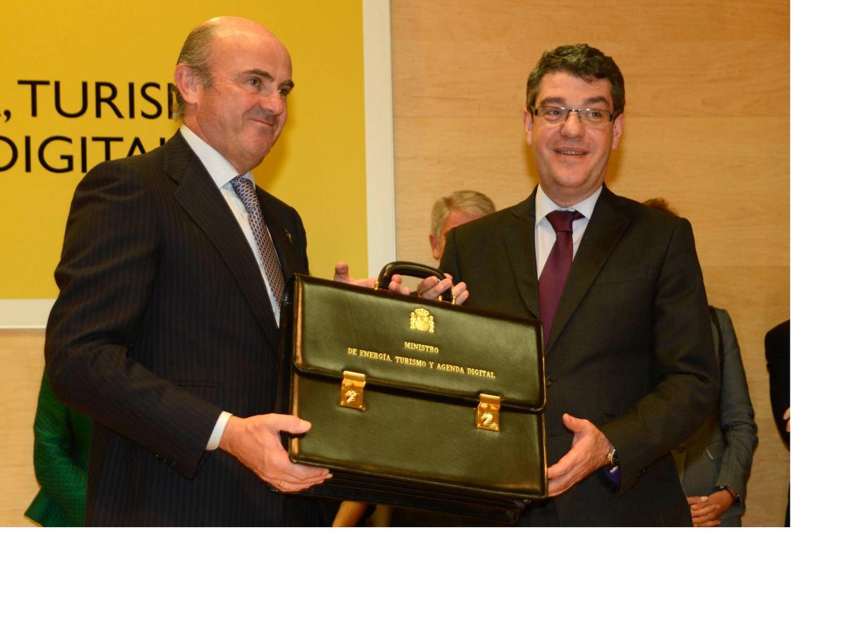 Álvaro Nadal en el momento de recibir la cartera como Ministro